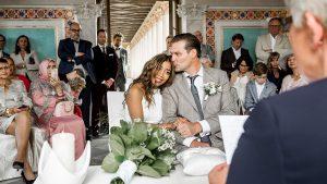 Bräutigam küsst Braut im Standesamt Belvedere Potsdam