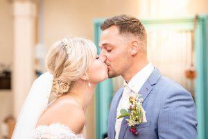 Hochzeitspaar küsst sich nach dem JA-Wort