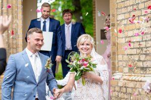 Brautpaar mit Reis und Blüten bewerfen Neuendorfer Anger Potsdam