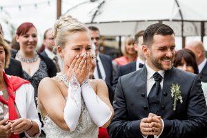 Braut hat Freudentränen in den Augen