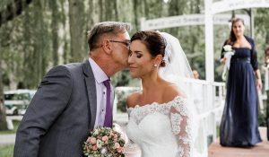 Brautvater übergibt die Braut am Altar