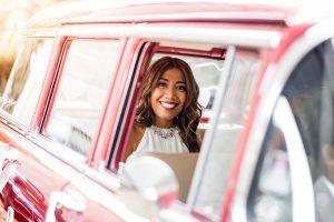 Braut kommt im Auto zur Hochzeit