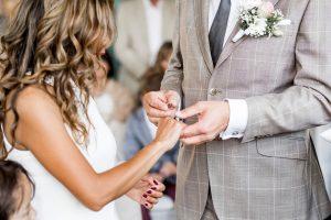 Hochzeit im Boho Stil Brautpaar steckt sich Ringe an